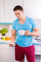 Zeitung lesen Kaffee Mann liest in der Küche Hochformat morgens Morgen