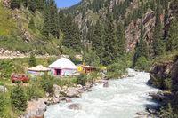 Jurtenlager in der Grigorievka-Schlucht im Kungei-Alatoo-Gebirge, Yssykköl, Kirgisistan