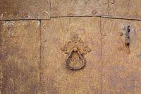 Rostige Blechplatten mit Nieten und Türgriff als Hintergrund
