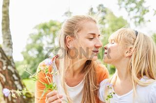 Mutter und Tochter schauen sich liebevoll an