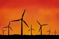 Viele Windräder als Silhouette vor Himmel