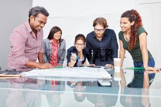 Geschäftsleute im Startup Meeting