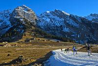 Skilangläufer auf Loipen aus Kunstschnee im schneearmen Winter, Savoyen, Frankreich