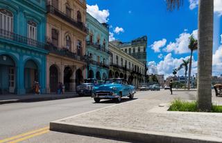 Amerikanischer Oldtimer fährt an der Hauptfassade vor dem Capitolio in Havanna Kuba