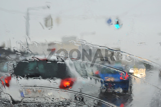 Regenwetter auf der Straße mit Fahrzeugen