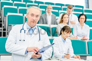 Älterer Mann als Mediziner und Professor