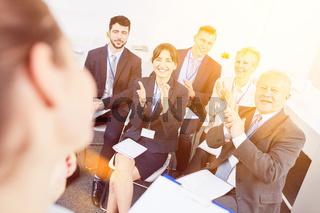 Business Leute applaudieren nach Seminar