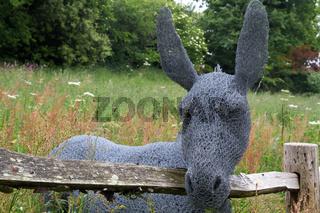 Esel aus Drahtgeflecht im Garten