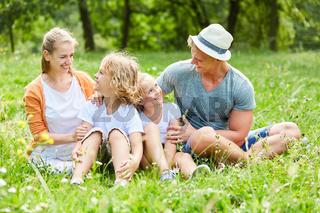Glückliche Familie auf einer Sommer Wiese