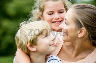 Glückliche Mutter und Kinder