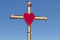 Kreuz mit rotem Herz