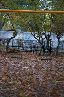 Spielplatz mit Schaukel im Herbst