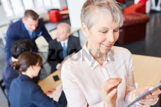 Ältere Frau lernt im Computer Workshop