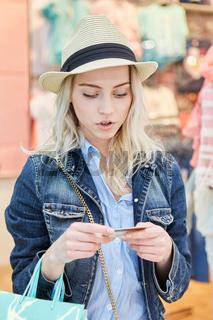 Junge Frau mit Kreditkarte oder Kundenkarte