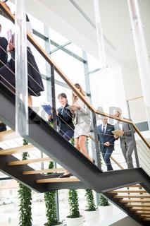 Gruppe Geschäftsleute geht auf einer Treppe nach oben