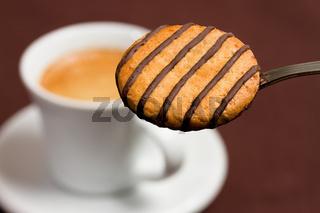 Gestreifter Schokokeks mit Espresso