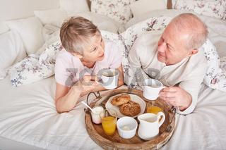 Senioren Paar beim Frühstück im Bett