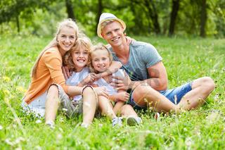 Glückliche Eltern und ihre zwei Kinder