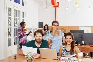 Studenten am Laptop im Coworking Space