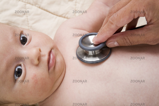 Arzt untersucht Baby