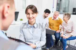 Junge Business Frau als Azubi