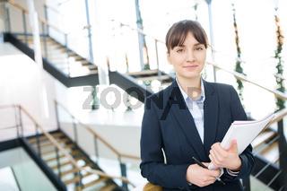Junge Geschäftsfrau als Berufsanfänger  oder Trainee
