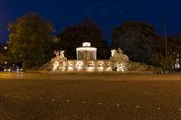 Der Wittelsbacherbrunnen in München bei Nacht