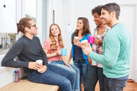 Studenten in der Kaffeepause beim Smalltalk