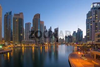 Dubai Marina Hochhaus Hochhäuser Nacht Abend blaue Stunde
