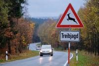 Verkehrszeichen Treibjagd mit Landstrasse
