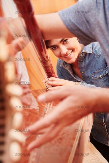 Harfe als Saiteninstrument und Zupfinstrument