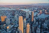 Ausblick von Oben auf Downtown Manhattan und Brooklyn Bridge