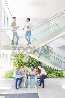 Studenten Team unterhält sich entspannt
