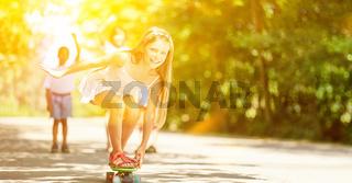Mädchen beim Skateboard fahren im Sommer