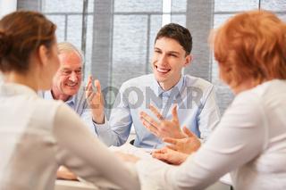 Junger Mann im Start-Up Meeting