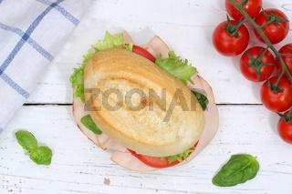 Brötchen Sandwich Baguette belegt mit Schinken von oben auf Holzbrett