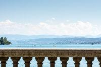 Der Zürichsee in der Schweiz von einem Balkon aus gesehen