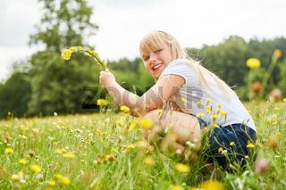 Mädchen hat Spaß beim Blumen pflücken