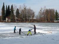 Freizeiteishockey als Wintersport auf einem zugefrorenen See
