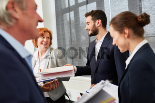 Personalchef und junge Geschäftsleute