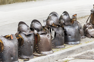 Kampf, Ritterspiele, Leere Ritterrüstungen und Helme am Straßenrand.
