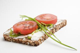 Vollkornbrot Tomaten und Schnittlauch flach