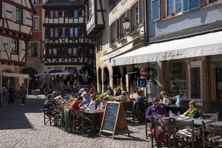 Colmar, Straßencafe und Weinstube an der Rue des Marchands