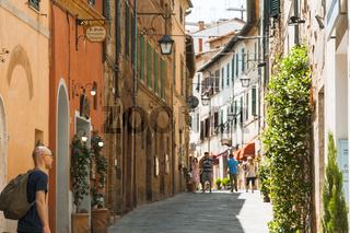 Gasse toskanische Stadt Montalcino, auf einem Hügel, Toskana, Italien, in der Provinz Siena