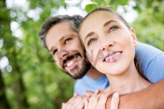 Glückliches Paar träumt zusammen