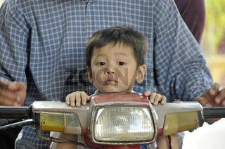 Junger Khmer ohne Helm auf einem Moped