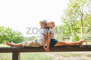 Junge und Mädchen sitzen Hand in Hand