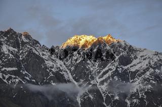 Alpengluehen rund um den Mount Khuro im Kaukasus