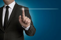 Touchscreen wird von Geschäftsmann bedient Konzept
