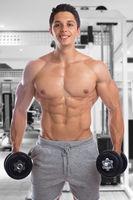 Bodybuilder Bodybuilding Muskeln Training Fitness Fitnessstudio lachen Hanteln Mann stark muskulös jung